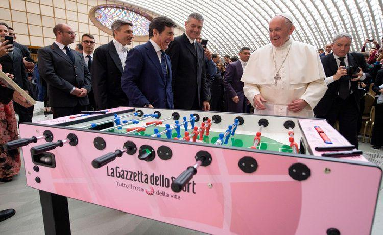 Pope criticizes footballers' exaggerated salaries