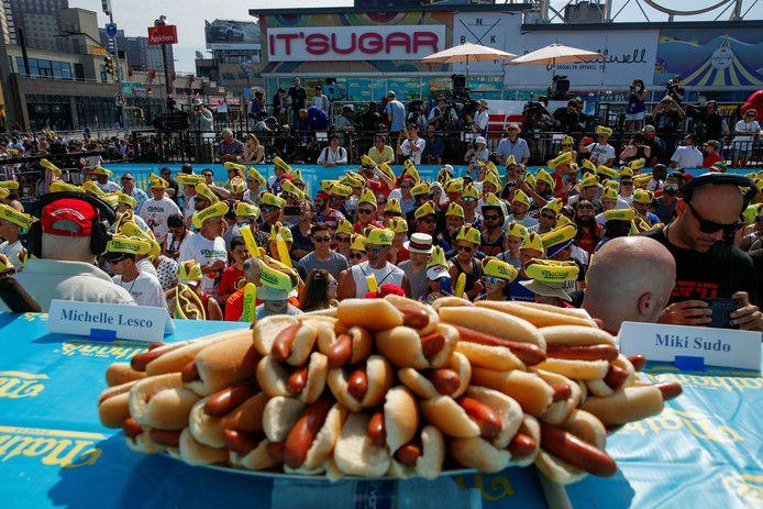71 hot dogs in 10 minutes for winner of the World Championship sausage scrap