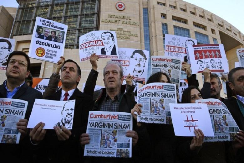 250 journalists in prison worldwide, mainly in China and Turkey