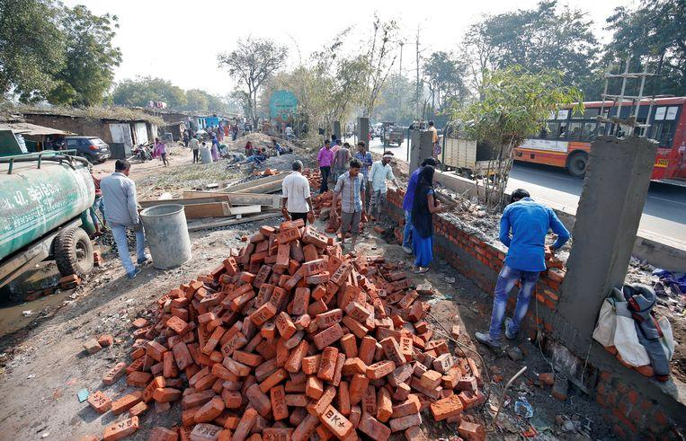 India build wall along slum to look as beautiful as possible for Trump's visit