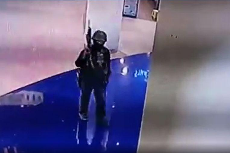 Security Services shot the man to death after hours of siege to a shopping center where he had entrenched himself in the basement.