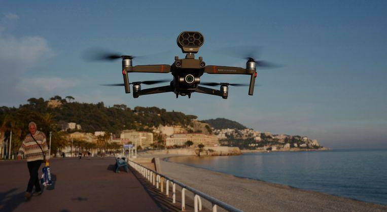 The drone flies above the Promenade des Anglais.