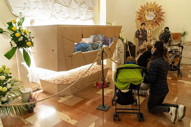 The body of Carlo Acutis (1991-2006) was embalmed after his death. The tomb was opened on October 1. Many believers came to pray at the body in the basilica of Assisi.