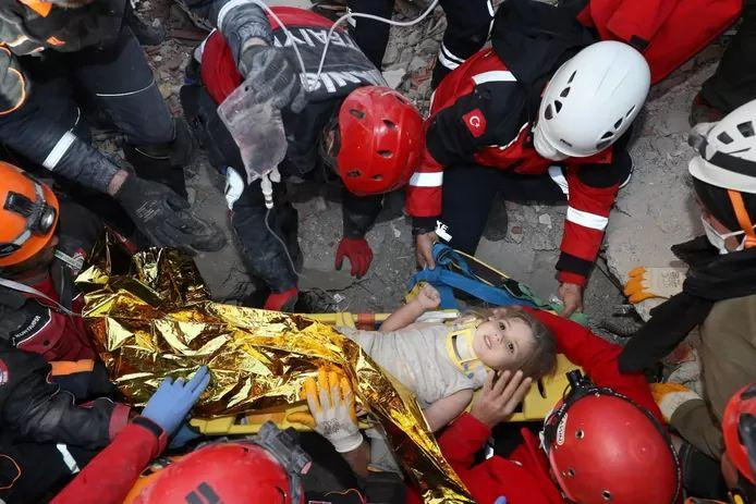 Miracle: Rescue workers retrieve girl (4) alive from rubble 91 hours after earthquake