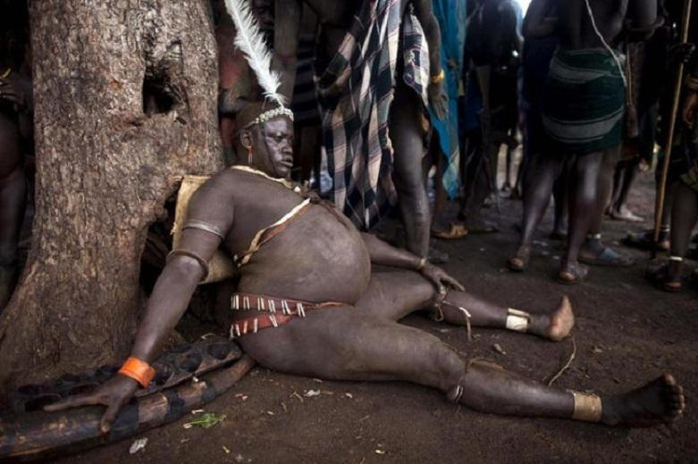 While Europeans and Americans fanatically struggle with every extra kilogram, the male representatives of the African body tribe try to grow the biggest belly among their tribesmen—those who succeed become true heroes and get all sorts of preferences.