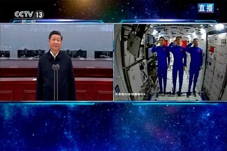 Chinese president congratulates astronauts in the video call